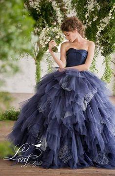 今回は日本中の花嫁さんに大人気のウエディングドレス「Leaf for Brides」のカラードレスに注目しました! 「THE TREAT DRESSING」の代表取締役でもある山城葉子さんが手掛けるオリジナルドレスブランド「Leaf for Brides」。 2005年に「THE TREAT DRESSING ザ・トリート・ドレッシング」を立ち上げて以来、バイヤーとして世界中を飛び回り、何万枚というドレスを見てこられたという山城さん。 「日本の花嫁をもっと素敵に、もっと美しく」という想いから、彼女自らドレスをデザイし始め、「Leaf for Brides リーフ・フォー・ブライズ」がスタートしました。 今では全国90店舗のドレスショップで取り扱われている、とっても人気のドレスです。 本物の美しさを追求して作られたドレス、そしてもっと花嫁を美しくしてくれるドレス、それがリーフ・フォー・ブライズのドレスです☆  Leaf for Brides のカラードレス特集♡ 出典:Leaf for Brides …