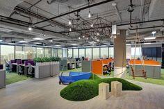 """Офис Avito.ru в Москве.   Современное рабочее пространство уже занимало целый этаж в бизнес-центре «Белые сады», когда в 2014 году возникла необходимость переселить растущий ИТ-отдел. Перед архитекторами была поставлена цель создать уникальный и комфортный офис с открытой планировкой и близостью к природе. И кажется, это им удалось просто на """"отлично""""! #дизайнофиса #дизайнофисамосква #москва #дизайн #дизайнинтерьера #интерьер #design #designoffice #office #decohata_useful #moscow"""