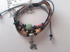 Pulsera de cuero y cordón con nudo corredizo, abalorios de colores y charm plateado carrito.