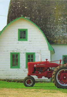 I LOVE this old barn. I think would be cool to convert to a modern home inside.