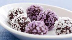 Disse konfektkugler smager dejligt syndigt, men indeholder masser af sunde stoffer fra den tørrede frugt, den mørke chokolade og mandlerne.