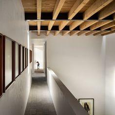 False Ceiling Design, Wooden Ceiling Design, Wooden Beams Ceiling, Contemporary Stairs, Contemporary Interior Design, Contemporary Building, Contemporary Apartment, Contemporary Wallpaper, Contemporary Chandelier