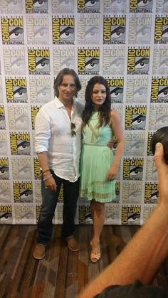 Robert Carlyle an Emilie De Ravin at comic con Abc Shows, Best Tv Shows, Best Shows Ever, Favorite Tv Shows, Movies And Tv Shows, Robert Carlyle, Emilie De Ravin, Once Upon A Time, Rumple And Belle