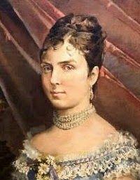 María de las Mercedes (1860-1878)  protagonizó uno de los reinados más breves pero más conocidos de la historia de España. María de las Mercedes fue una muchacha alegre que se ganó el corazón de todos los españoles que llevaban tiempo deseando una familia real mínimamente estable tras la partida de Isabel II y los años convulsos que le siguieron. Alfonso XII amó a su esposa con pasión y devoción por lo que cuando ésta falleció de tifus se la echó de menos.
