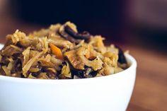 """Rezept für Sauerkraut mit Pilzen (polnisches Rezept). Dieses Gericht wird in Polen zu Weihnachten zubereitet und gegessen. Es ist ein Teil der traditionellen polnischen Küche. Viele Polen lieben die Kombination aus Sauerkraut und Pilzen. Sie wird auch z.B. in den polnischen Maultaschen """"Pierogi"""" als Füllung benutzt. Ich selber esse Sauerkraut mit Pilzen sehr gerne. Vielleicht habe ich auch deinen … """"Sauerkraut mit Pilzen (polnisches Rezept)"""" weiterlesen Sauerkraut, Breakfast, Food, Pierogi Recipe, Polish Cuisine, Polish Recipes, Christmas Meals, Veggie Food, Poland"""