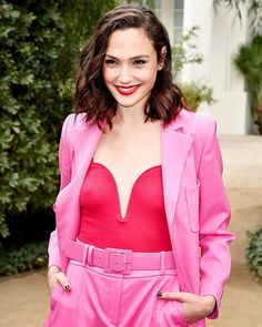 """2,856 Me gusta, 6 comentarios - E! Style Collective (@stylecollective) en Instagram: """"Pretty in Pink, starring Gal Gadot. Who doesn't love a good pink pantsuit, after all? 💕 (📸: David…"""""""