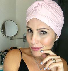 Outubro rosa mês dessa campanha linda de conscientização sobre a prevenção do câncer de mama o câncer que mais acomete as mulheres acima de 35 anos... Façam a prevenção se toquem façam exames... Bom mas é mês também para valorizar a beleza dessas guerreiras que perdem o cabelo mas não o charme! Então quero começar hoje uma ação viral #semcabeloecomcharme  Basta postar sua foto com ideias e looks com acessórios para a cabeça assim vamos estimular e ajudar aquelas que realmente passam meses de…