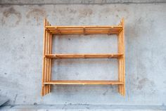 100均素材でお手軽に!すのこシェルフをDIY!|Re:CENO Mag Shelves, Home Decor, Shelving, Decoration Home, Room Decor, Shelving Units, Home Interior Design, Planks, Home Decoration