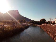 El río Segura a su paso por Cieza. De fondo la Atalaya con el castillo de los moros.