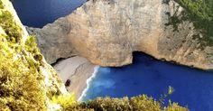 Entre as mais de 150 ilhas habitadas da Grécia, Zakynthos se destaca por abrigar a praia de Navagio (na foto), com condições de estar em qualquer lista das faixas de areia mais lindas do mundo. Abrigada entre imponentes formações rochosas, Navagio exibe a carcaça do navio Panagiotis, construído na Escócia nos anos 1930 e que encalhou no local em 1980 (reza a lenda que, no momento do acidente, a embarcação era usada em contrabando de cigarros pela costa grega)