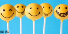 How to make Smiley Cake Pops. Tips on getting candy melts on smoothly. Oreo Cake Pops, Kids Cooking Party, Cooking Classes For Kids, Monster Cakepops, Cupcakes, Bakers Treat, Cake Pop Tutorial, Mobiles For Kids, Chocolate Pops