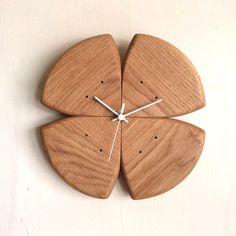 四つ葉 クローバー 無垢の木 手作り 木の掛け時計 ギフトにお勧めうたたねの木の掛け時計