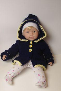 ensemble manteau à capuche pour bébé taille 3/6 mois tricoté main bleu marine et jaune vanille boutons