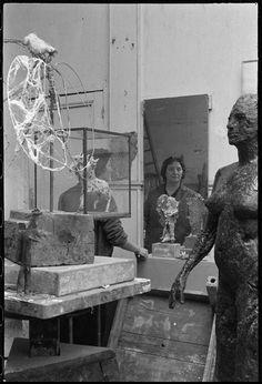 Portrait au miroir de Germaine Richier dans son atelier (Denise Colomb, 1954) Isamu Noguchi, Artist At Work, Les Oeuvres, Terracotta, Art Photography, Universe, Bronze, Portraits, Homes