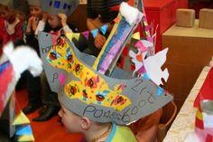 Verschillende hoeden voor Sinterklaas.Sinterklaasfeest Anne Frankschool 038