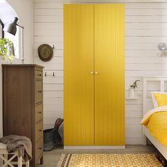 Um quarto com sol dentro.