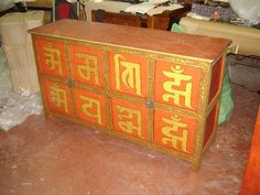 Antica credenza tibetana con 8 ante decorata con il mantra, inizio '900.  € 1950,00