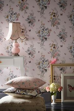 a beautiful oasis wallpaper design featuring repeated motifs of grand floral bouquets - Tapete Muster