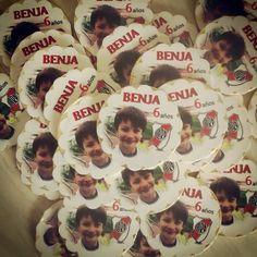Benja cumplió 6 y tuvo sus monedas personalizadas con el escudo de su club amado! #River Club, Celebration, Goodies, Coins, Coat Of Arms, Souvenir