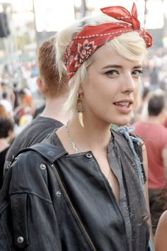 Chica usando un pañuelo color rojo en la cabeza
