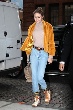 Gigi arriving back to her apartment in New York, December 💛💙😍 Gigi Hadidi, Street Style 2017, Kendall Jenner, What To Wear, Style Inspiration, Fashion Outfits, December, Queen, Fashion Suits