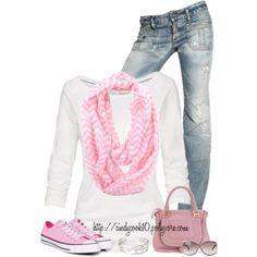 con swetter, pañuelo zapatillas convers y cartera del mismo tono