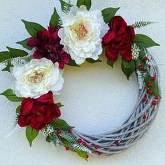 Věnec s krémovými a rubínovými pivoňkami 40 cm Christmas Wreaths, Christmas Decorations, Grapevine Wreath, Grape Vines, Floral Wreath, Flowers, Home Decor, Christmas Swags, Homemade Home Decor