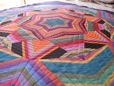 Así fueron quedando los quilts quilteados :)   Del detalle a la vista general.    Círculos descontracturados como el diseño, plumas y rayas...