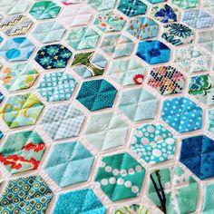 Mein erster Quilt in 2016 ist fertig. Modern Hexies nach einer Anleitung von Modern Handcraft . Ich hatte ihn schon letztes Jahr auf dem Rad... Quilting Projects, Sewing Projects, Quilt Modernen, American Quilt, Flower Quilts, Hexagon Quilt, Hexagon Patchwork, Cat Quilt, English Paper Piecing