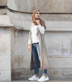 Hijab Fashion 2017 : Comment avoir un Hijab street style tendanceHijab Street look 2017 -look 19 Hijab Fashion 2017, Street Hijab Fashion, Fashion 2020, Hijab Chic, Casual Hijab Outfit, Dress Casual, Islamic Fashion, Muslim Fashion, Modest Fashion