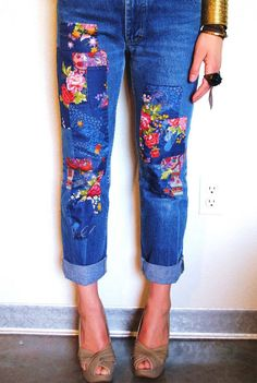 Patchwork Jeans DIY Patchwork Jeans « I used to do this all the time to my jeans - time to try it again! Diy Jeans, Jeans Refashion, Clothes Refashion, Patchwork Jeans, Jean Diy, Jeans Trend, Diy Kleidung, Diy Vetement, Diy Mode