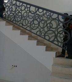 Rampe Escalier Staircase Railing Design, Modern Stair Railing, Iron Stair Railing, Metal Stairs, Stair Handrail, Modern Stairs, Front Gate Design, Door Design, Rooftop Design
