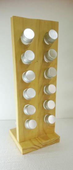 Eco-Porta-Temperos ( ou porta mil e uma coisas, feito a partir de madeira reaproveitada de pallets (madeira maciça - pinus), vertical com 12 tubos de plástico de tampas prateadas para sua copa/cozinha. Criativo e sustentável, feita artesanalmente. Consumo consciente. Handmade.