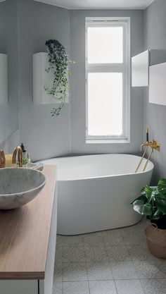 Nydelig med impregnerte fliser fra Ulfven på badet  🛀🌿 Terrazzo, Bathroom Inspo, Bathroom Ideas, Minimalist Bathroom, Bathroom Interior Design, Bathtub, Trendy Tree, Natural Stones, Marble
