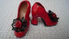 Zapatillas de Tacón, miniatura. Barro modelado y policromado.