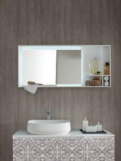 Collection de meubles pour la salle de bain La Fenice Decor d'Arcom Arredobagno. Détail de la façade du meuble sous-vasque ainsi que de l'armoire de toilette avec éclairage led intégré