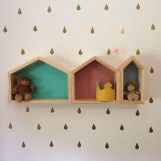 Nichos de Casinha em tamanhos diferentes para decoração de quarto infantil.