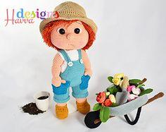 pop jongen tuinman kruiwagen bloem schep tuinbroek hoed