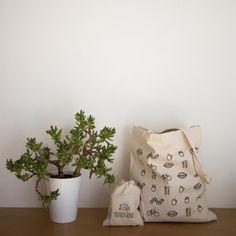 Le kit zéro déchet d'Idecologie - 1 tote bag en toile 100% coton biologique + 3 sacs à vrac. Ils sont sérigraphiés en France à base d'encres écologiques, anti-allergiques, garanties sans métaux lourds. Ces sacs à vrac, livrés avec leur pochette, vous permettent de faire vos courses (au marché, dans les épiceries en vrac ou autres magasins…) sans utiliser de sac plastique en plaçant directement vos produits à l'intérieur pour effectuer leur pesée et les transporter. Disponible chez…