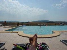 Toscane-Agriturismo Diacceroni.Ons vakantie adres vorig jaar ( gezin met 3 kids). Prachtig zwembad met uitzicht op de heuvels. Meerdere appartementen, leuke mensen ontmoet - 3 x per week gratis aanschuiven voor eten aan lange tafels bij het grote landhuis . Holidays With Kids, Vacation Trips, Great Places, Bbq, Camping, Madonna, Outdoor Decor, Travel, Nice