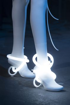 Nicholas Kirkwood at London Fashion Week Spring 2019 - Details Runway Photos Mode Cyberpunk, Cyberpunk Fashion, Weird Fashion, Fashion Shoes, Fashion Outfits, Fashion Weeks, Emo Fashion, Daily Fashion, Street Fashion