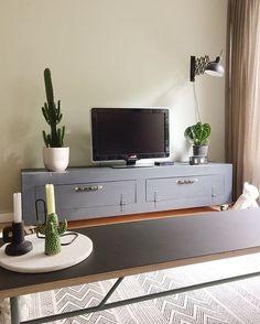 WEBSTA @ gunsight - De groene muur achter de tv  blij mee! Hebben jullie allemaal een lekkere zondag? Ik ben in chill stand  fijne dag!#interieur #interiør #interior4all #homedetails #combitex #itsaboutromi #haydesign #housedoctor #serax #hkliving #groen #groeninhuis #ilovemyinterior #interiorwarrior #vtwonenbijmijthuis #interiør #interior123 #home123 #livingroom