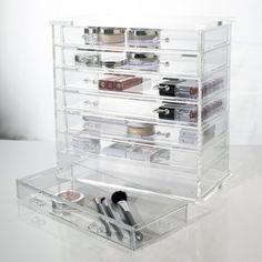 Schlichte Eleganz und herausragende Funktionalität vereint: Acryl-Kosmetik-/ Schmuckkasten mit sieben Schubladen. Bewahren Sie stets den Überblick über Ihre Kosmetik bzw. Ihren Schmuck mit diesem kristall-klaren Acryl-Organizer. Die Schubladen sind mit schwarzem Stoff zwecks der Aufbewahrung von Schmuck ausgelegt. Dies wird beim Aufbewahren von Make-Up entfernt.159,90€  !! KW45 WIEDER AUF LAGER !!