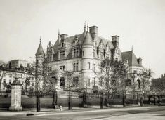 Can you believe that this gigantic French style mansion once sat on a whole New York City block on Riverside Drive. Built around 1906 for… Abandoned Castles, Abandoned Houses, Old Fashioned House, Riverside Drive, City Block, English Tudor, Historical Architecture, Belle Epoque, New York City