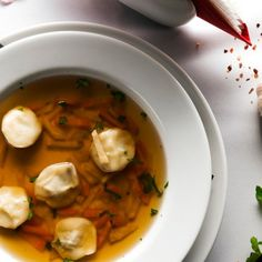 Gemüsebrühe, Rinderbrühe oder Hühnerbrühe: Wir präsentieren euch drei starke Rezepte für den gesunden Einheizer. Soups And Stews, Thai Red Curry, Soup Recipes, Food And Drink, Cooking, Ethnic Recipes, Decor, Meat, Poor Mans Recipes