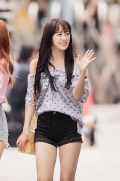 (2) Twitter Kpop Fashion, Cute Fashion, Korean Fashion, South Korean Girls, Korean Girl Groups, Kim Chungha, Yoga Pants Girls, Kpop Outfits, Celebs