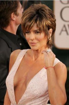 How to style your hair like Lisa Rinna. Which Lisa Rinna haircut suits your style? Shaggy Short Hair, Medium Short Hair, Short Hair With Bangs, Short Hair Cuts For Women, Medium Hair Styles, Short Hair Styles, Thin Hair, Short Pixie, Wavy Hair