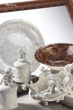 Piatto e coppa di vetro bagnato in argento, contenitori e ciotola di porcellana con angioletti