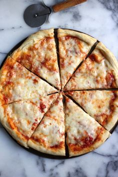 This New York Style Cheese Pizza is chewy and delicious! Includes recipes for pizza dough and sauce. The perfect Friday night pizza recipe! Pizza Pesto, Flatbread Pizza, Antipasto, Pizza Champignon, National Cheese Pizza Day, Pizza Baker, Pizza Facil, Pizza Sans Gluten, Pizza