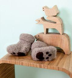 Modèle chaussons pattes d'ours bébé au point mousse facile, idéal pour apprendre à tricoter